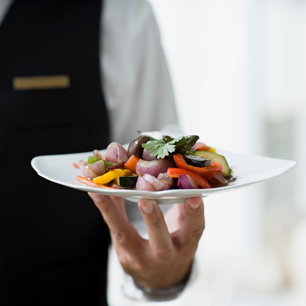 Man serviert Essen – Kellner-Studentenjob
