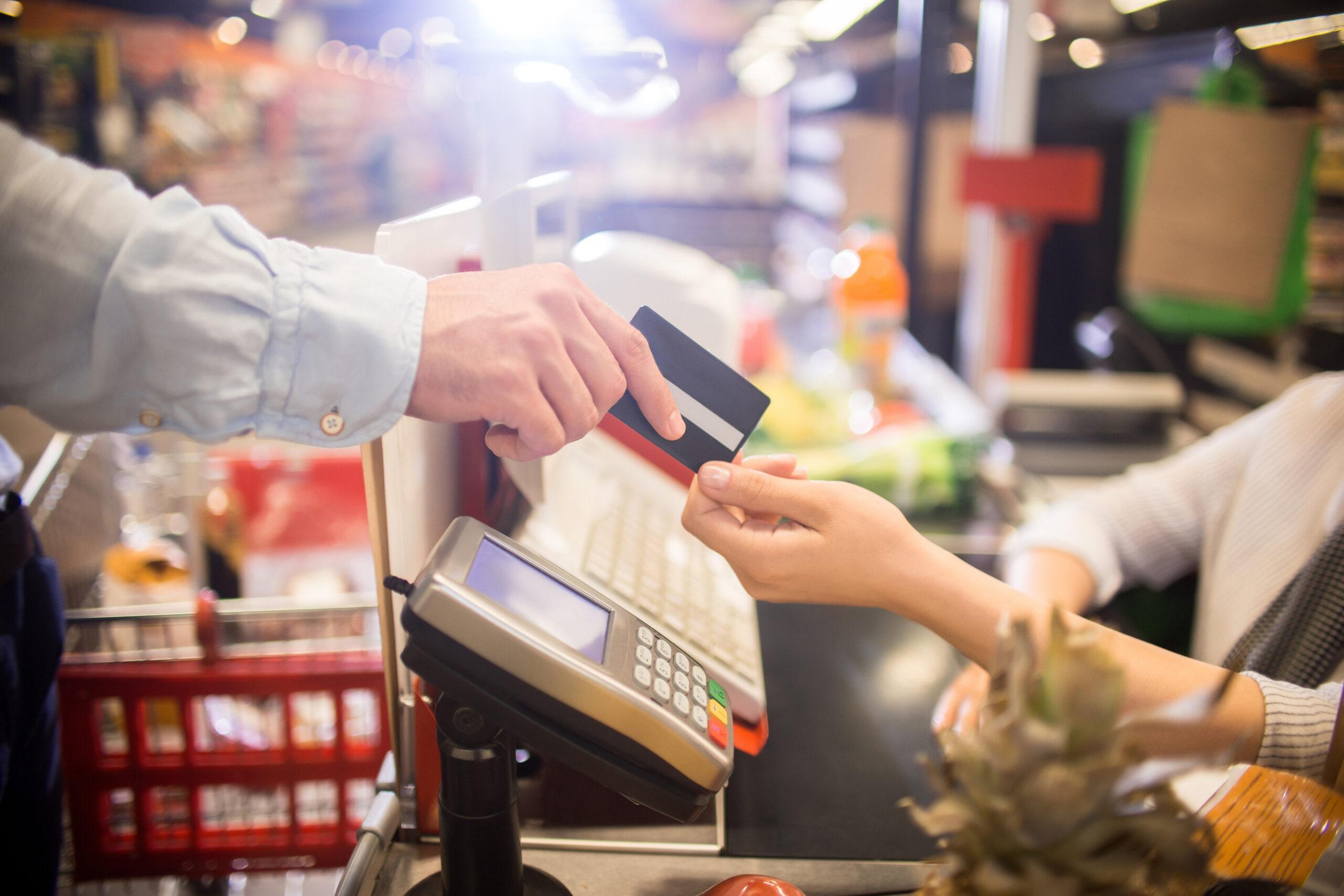 Man zahlt mit Kreditkarte