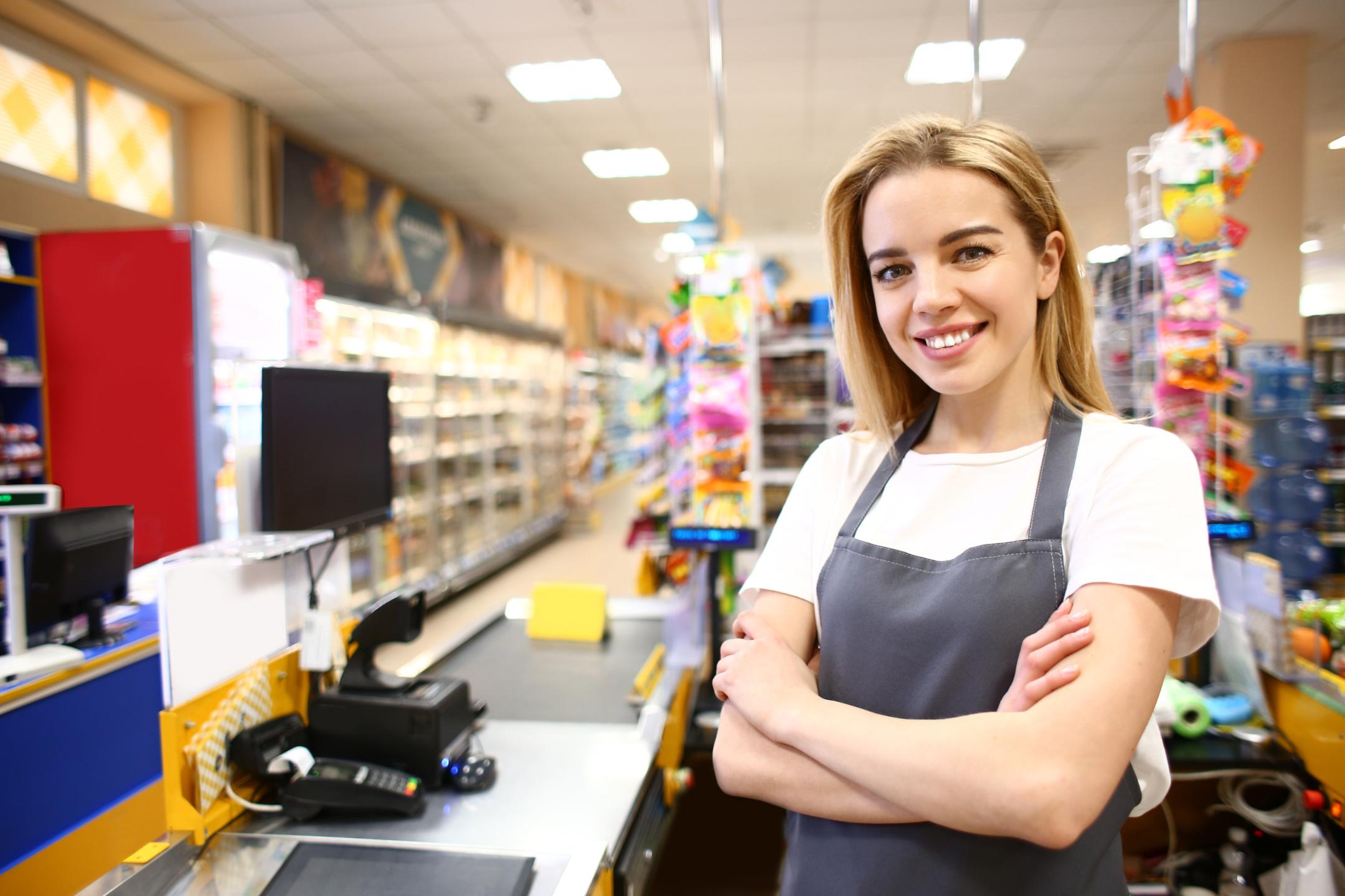 Frau an Supermarktkasse